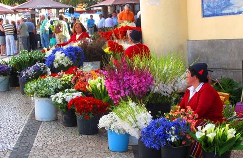Een traditionele bloemenvrouw bij de oude markt.