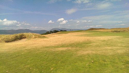 Harde fairways met verbrand gras, zo is het op een links course...