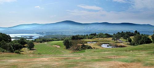 Op Ring of Kerry Golf Club zorgt de nevel boven het water voor een mystieke sfeer