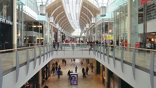 Modern shoppen in de Queens Arcade in Cardiff.
