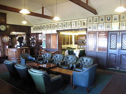 Heerlijk zo'n klassiek en vooral traditioneel clubhuis, meer Brits kan het niet worden!