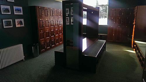 De heren kleedkamer voor de gastspelers.