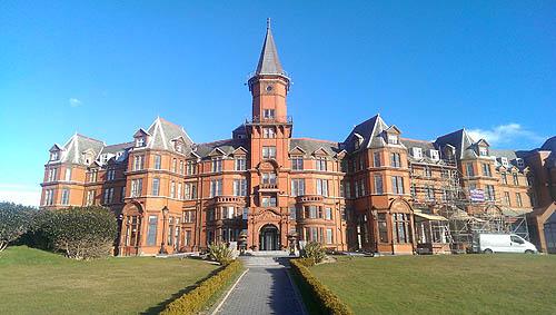 Het prachtige Slieve Donard Hotel.