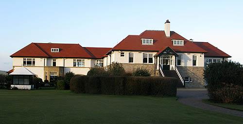 Het voorname clubhuis heeft een speciaal gedeelte voor gastspelers.