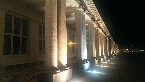 DE COLLONADE AAN DE ACHTERKANT VAN HOTEL THERMEA PALACE