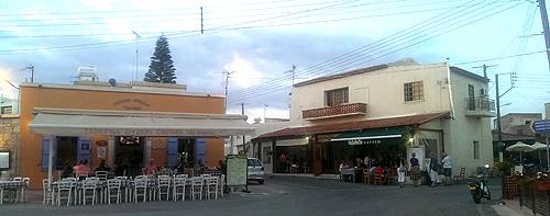 Even eten en drinken in het nabij gelegen Kouklia is niet duur