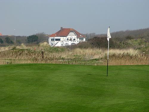 Het witte clubhuis van Royal Oostende Golf Club