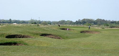 Ook op Royal Cinque Ports Golf Club de kenmerkende potbunkers die bij een linksbaan horen