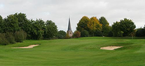 Een verhoogde green met uitzicht op de kerk