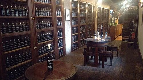 Genieten van diverse variëteiten Madeira wijn bij Blandy's Wine Lodge.