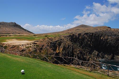 """Het indrukwekkende uitzicht vanaf de tee van hole 14 """"Seve's trick""""."""