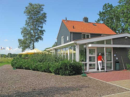 De voormalige boerderij is getransformeerd tot  een modern clubhuis.