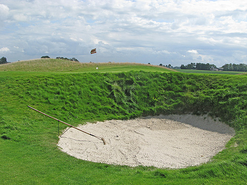 Een mooi voorbeeld van de greenside bunkers die je hier tegen kan komen.