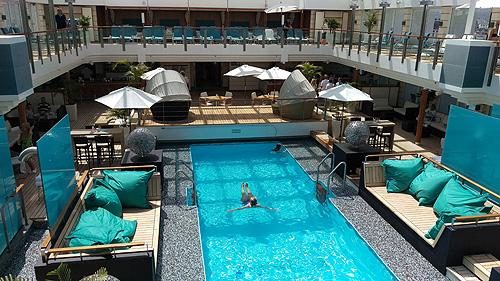Uiteraard is er ook een zonnedek met zwembad aan boord.