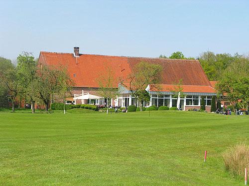 De slothole met daarachter het clubhuis van Golfclub Münster Tinnen.