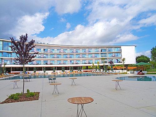 Het nieuwe frisse witte aangezicht van het hotel....